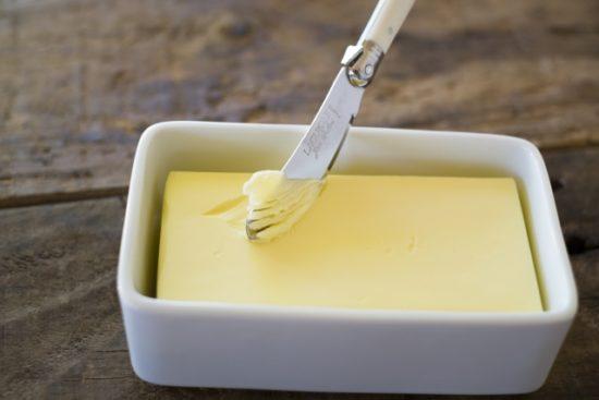 普通のバター=グレインフェッドバター